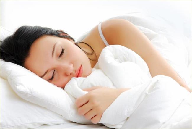 • Bu yaşların uykusu, güzellik uykusu gibidir… Uyku düzeninize dikkat edin. Dinlenmiş bir yüzle güne başlamak için 7-8 saatlik uyku almaya özen gösterin. Uyku saatlerinizi bir düzene oturtun. Bu, vücudunuzu daha da keyiflendirecektir.