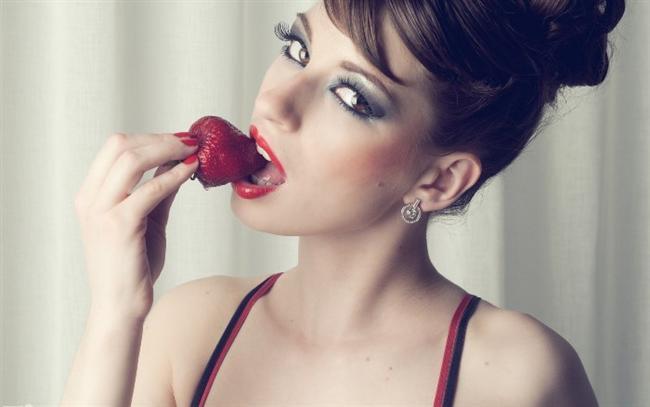 • Kadınların sihirli meyveleri çilek, kiraz, kırmızı üzüm, nar, yabanmersini, kuşburnu, mürdüm eriğidir. Bu meyvelerim damar ve hücre kaliteniz üzerindeki etkisiyle yıllara meydan okuyabilirsiniz.