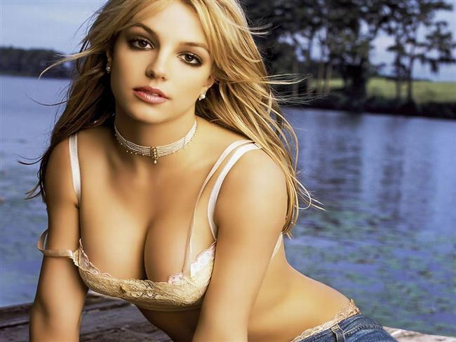 Britney Spears uzun süre yalnızlık acısı çekmedi çünkü 1998 yılında çıkarttığı 'Baby One More Time' adlı ilk parçası dünya çapında çok popüler oldu. Öylesine büyük bir iz bıraktı ki, aradan 16 yıl geçmesine rağmen herkes bu şarkının sözlerini hatırlıyor.