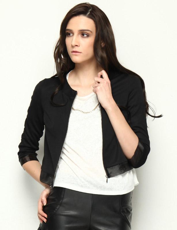 Siyah ile uyumu dikkat çeken bordoyu bu siyah ceket ile tamamlayabilirsiniz