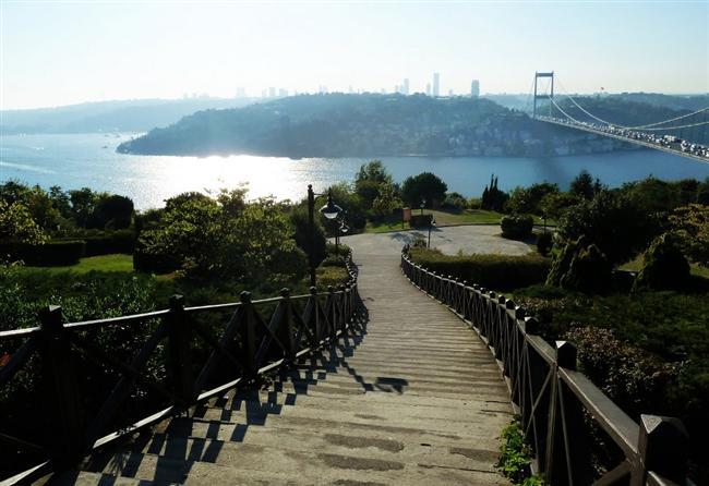 Otağtepe  Anadolu yakası Fatih Sultan Mehmet Köprüsü'nün üst kısmında yer alan, karşısında Rumeli Hisarı, sağında Fatih Sultan Mehmet Köprüsü, solunda 1. Köprü bulunan bu tepe, İstanbul'a bakış açısı en geniş olan, boğaza tamamı ile hakim, masallarda bile anlatılmayı hak eden koca bir tabloyu anımsatıyor size.30 bin metrekarelik yeşil alan üzerinde 711 ağaç 89 çalı, ve 8500 farklı bitkiyle muhteşem bir manzara eşliğinde sizi adeta büyülüyor diyebiliriz.
