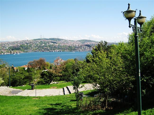 Ulus Parkı:   Boğaziçi Köprüsü, Selimiye Kışlası, Topkapı Sarayı ve Üsküdar'a doğru çizilen kaviste eşsiz bir manzara sizi bekler. Yemyeşil ağaçların arasından Boğaz'ın masmavi sularını izlemek İstanbul'a sizi bir kere daha âşık edebilir.