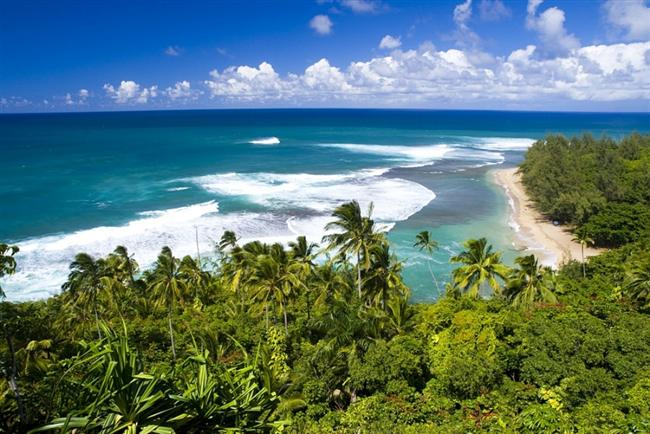 Kauai  Eşsiz kumsalları, sörf rüzgarlarını ağırlayan dalgalı denizi, mercan kayalıkları ve torpikal lezzetleri ile Büyük Okyanus üzerine saçılmış Hawaii adalarının en küçüklerinden biri Kauai... Ortasında volkanik dağların yükseldiği, şelaleler ve ormanlarla çevrili adanın ismi ''bahçe'' anlamına geliyor. Doğal güzellikleri ve muhteşem manzaraları ile ölmeden önce görülesi yerlerden biri...