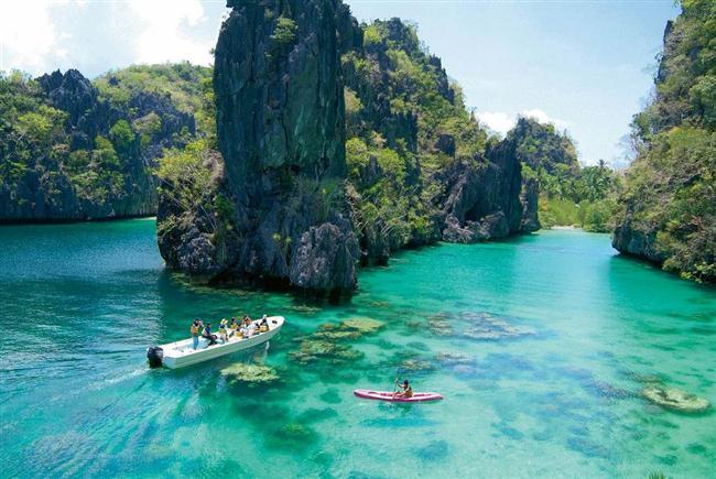 Palawan  Filipinler'de kartpostalları andıran güzelliğiyle Palawan Adası, cennetin yeryüzündeki yansımalarından biri adeta... Zengin vahşi yaşamı, otantik balıkçı köyleri ve doğal güzellikleriyle ülkenin mücevheri olan ada özellikle Hidden Beach, keskin kaya oluşumları arasında sakladığı bembeyaz kumsalıyla büyüleyici...