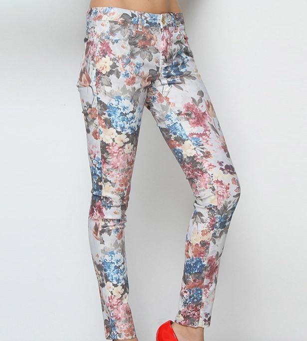 Çiçek desenli bu pantolonu pudra rengi bir bluzla kombinleyebilirsiniz
