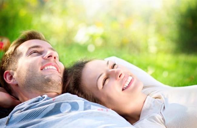 Oğlak   Kadını da erkeği de gelip geçici ilişkilerin içinde olmazlar. Oğlak erkeği asla düşünmeden hareket etmez. Evlilik kararını vermesi oldukça zordur. Eş olarak seçeceği kadının saygınlığına önem verir, güven ilişkinin temelini oluşturur. Oldukça kıskanç bir yapıya sahip olduğu için kuralcıdır ve eşine karşı bir takım kısıtlamalar getirebilir. Bunu açıkça ifade etmekten çekinmez. Eşi onun sırdaşı, arkadaşı, sevgilisi olmalıdır. Aşırı kuralcı ve hata affetmez yapısını sevgi ile geliştirmesine katkıda bulunacak kadınla gerçek mutluluğu yakalar. Eşinin yanında o ciddi adam gider ve içindeki çocuk ortaya çıkar. Şefkatli, idareci bir kadın için yapamayacağı hiçbir şey yoktur. Cinsellikte şefkat onun için önemlidir. Eşi tarafından beğenildiğini, arzu edildiğini hissettiği sürece mutlu olur ve mutlu eder.   Oğlak kadını hassas, sabırlı ve ciddi bir karaktere sahiptir. Evlilik onlar için çok ciddi düşünülmesi gereken bir konudur. Bu konuda asla acele karar vermezler, Oğlak kadını ne istediğini bilir ve eşini buna göre seçer. Sevgi dolu bir beraberlik ister. Samimiyetten uzak, yapmacık davranışlara tahammülü yoktur. Oğlak kadınının cinsel hayatında rahat olabilmesi tamamen eşinin ona yaklaşımı ve tutumuna bağlıdır. Sevgi ile göreceği her davranış onu ihtiraslı bir kadına çevirecektir.