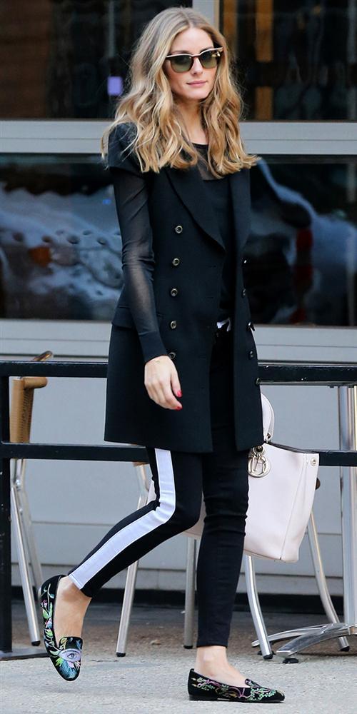 """Bu hafta """"Kim Ne Giydi?"""" bölümünde ünlü model Olivia Palermo'yu ele aldık.  New York sokaklarında dolaşırken görüntülenen ünlü manken, kıyafetinde sadeliği tercih etmiş. Genellikle renkli giyinmeyi seven Palermo; bu kez, monokrom bir pantolon, Christian Dior çanta ve işlemeli babetleriyle oldukça şık bir hava yakalamış. Olivia Palermo'nun üzerindeki kıyafet ve aksesuarları satın alarak siz de aynı stili yakalayabilirsiniz. Hadi sizin için seçtiğimiz parçalara bir göz atın..."""