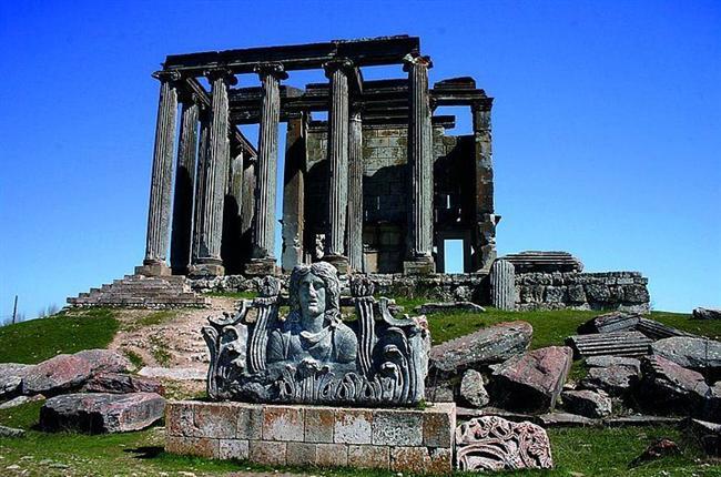 Aizonia  Kütahya şehir merkezine 57 km. uzaklıkta Çavdarhisar İlçesi'ndedir. En parlak dönemini ikinci ve üçüncü yüzyılda yaşayan kent, Bizans Döneminde piskoposluk merkezi olmuştur. Kentte Zeus adına inşa edilen Anadolu'nun en iyi korunmuş tapınağı yer alır. Ayrıca büyük bir tiyatro ile buna bitişik stadyum, biri mozaikli olmak üzere iki hamam ve gymnasium, Kocaçay üzerinde iki adedi halen kullanılır durumda olan beş köprü ile antik baraj, borsa binası, sütunlu caddeler, nekropol alanları ve Meter Steune'nin kutsal mağarası bulunmaktadır.