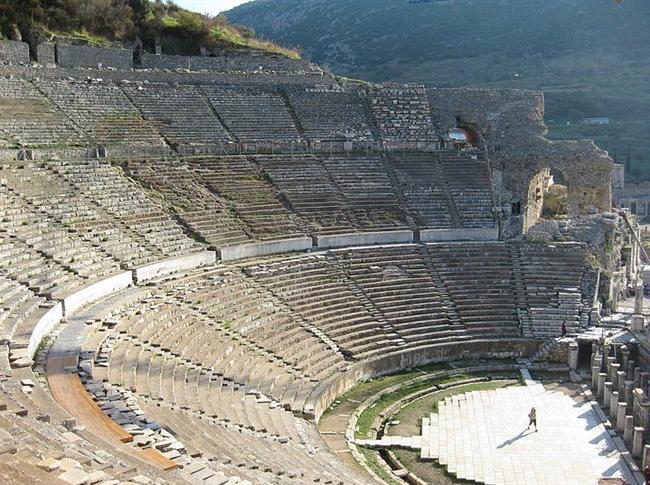 Türkiye'de Kültür Bakanlığının taşınmaz kültür varlığı olarak belirlediği 77 adet antik kent vardır.  Listeye dahil olmayanlarla birlikte sayı 100 civarında. En bilinen ve ziyaret edilenlerini ise sizin için derledik.  Efes  İzmir ili Selçuk İlçesi sınırları içindeki antik Efes kenti'nin ilk kuruluşu M.Ö. 6000 yıllarına dayanmaktadır. Hellenistik ve Roma çağlarında en görkemli dönemlerini yaşayan Efes, Asya eyaletinin başkenti ve en büyük liman kenti olarak 200.000 kişilik nüfusa sahipti. Dünyanın yedi harikasından biri olan Artemis Tapınağı Efes antik kentinin içerisinde bulunmaktaydı.