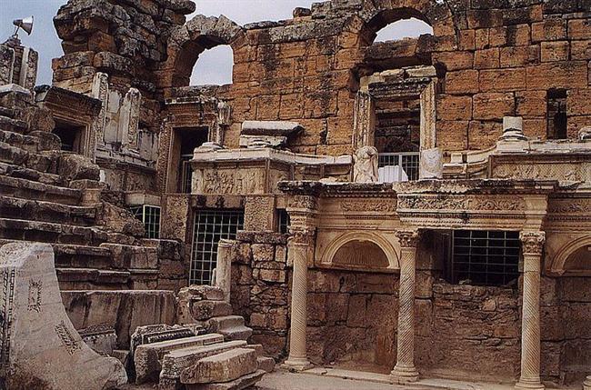 Hierapolis  Pamukkale yakınlarında bulunan bir antik kenttir. Tedavi amacıyla da kullanılan Pamukkale yeraltı suları (travertenler) sayesinde tarih boyunca turist çekmiştir. Tiyatro kapasitesi 9500 dür.