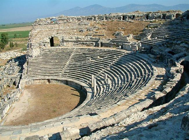 Milet  Milet, Aydın ili, Söke ilçesi sınırları içerisinde Söke'ye 30 km. uzaklıkta ve Akköy yakınlarındadır. Milet kuruluşunda bir liman kenti olmakla beraber, Büyük Menderes nehrinin getirdiği alüvyonlarla liman doldurulduğu için bugün denizden içeride bulunmaktadır. Kentte bulunan yapılar arasında 15.000 kişilik kapasitesi olan ve son yıllarda onarılmaya başlanan Roma çağı yapısı Tiyatro, M.S. 1. yüzyılda inşa edilmiş Roma Hamamları, ana dini merkez olan Delphinion, Kuzey Agora, M.S. 1. yüzyıla ait Ionik Stoa, Capito hamamları, Gymnasium, 2. yüzyılda inşa edilen Bouleterion, 164x196 m. boyutlarındaki Güney Agora, M.S. 2. yüzyılda yapılan Faustina Hamamı önem kazanır.