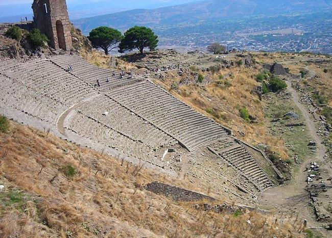 Pergamon  Pergamon, günümüzde İzmir iline bağlı Bergama ilçesinin merkezinin yerinde kurulu antik kentin adıdır. Pergamon kentinin kuzeybatısı ile Bergama Çayı arasında Roma dönemi yerleşmesi bulunur. Burada 50 bin kişilik amfitiyatro ile 30 bin kişilik tiyatro vardı. Günümüzde Viran Kapı denilen kalıntılar tiyatronun ayakta kalan kemeridir. Kentin kalıntılarını, 1870'lerde Batı Anadolu'da demiryolu döşenmesinde çalışan Alman mühendis Carl Humann buldu.