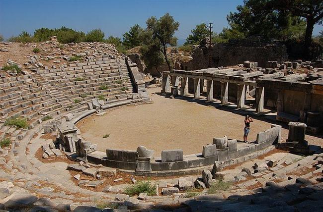 """Priene  Priene, Aydın ili Güllübahçe beldesi yakınındadır. Kuruluşunun M.Ö. 2. bin yılına kadar uzandığı tahmin edilmektedir. Priene eski şehir plânlamacılığının en güzel örneğidir. Şehir, Miletli mimar Hippodamus tarafından geliştirilen """"grid sistemi"""" ile inşa edilmiştir."""