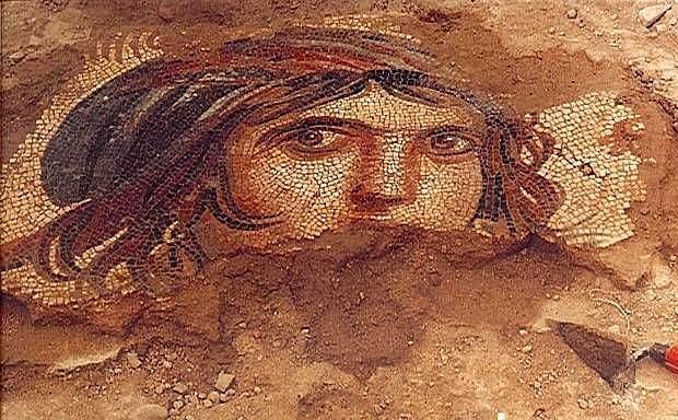 Zeugma  Zeugma, MÖ 300 civarında Büyük İskender'in generallerinden Selevkos I Nikator tarafından kurulmuş bir antik şehirdir. Bugün, Gaziantep ilinin Nizip ilçesine 10 km uzaklıktaki Belkıs köyü eteklerindedir. Çingene Kızı mozaiği ile ün yapmıştır ve kentte çok sayıda mozaik vardır.  Yapılan kazı çalışmalarında A, B ve C olarak üç bölümde incelenen şehrin villaları ve çarşılarının bulunduğu A ve B bölümleri bugün Birecik Hidroelektrik Baraj gölü altında bulunmaktadır. Henüz kazı yapılmamış C bölümünde ileride bir açık hava müzesi oluşturulması planlanmaktadır. Antik şehir, Roma döneminden kalan mozaikleri ile dünyaca ünlüdür. Zeugma Mozaik Müzesi görülmeye değer bir müzedir.