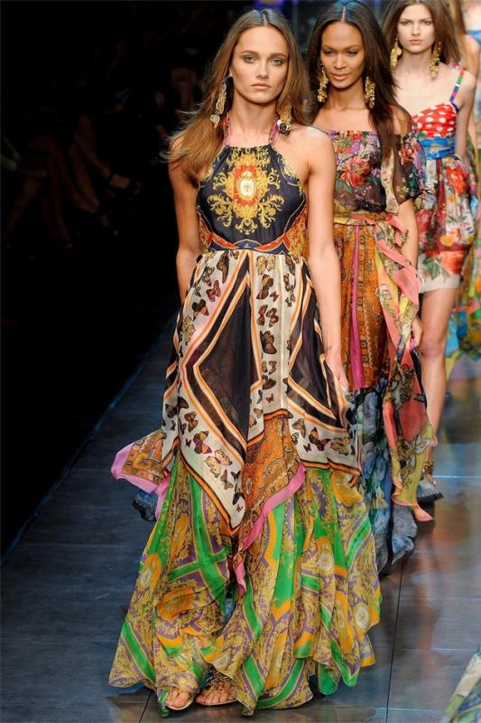 Tropikal elbise defilesi