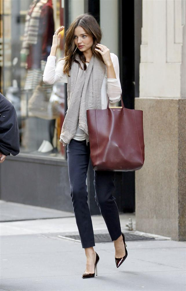 """Bu hafta """"Kim Ne Giydi?"""" bölümünde 1983 doğumlu Avusturalya`lı ünlü model Miranda Kerr'i ele aldık. Ünlü model bu hafta; basit kıyafetleri doğru şekilde kombinleyerek şık bir görünüm elde etmiş.  Hem şık hem spor bir bluz, pamuklu kumaştan bir pantolon ve bordo bir çanta... Kerr, bu kombini aksesuarlarıyla şık hale getirmiş. Siz de renkli ama şık bir ayakkabı ve çantanızla kıyafetinizi canlandırabilir ya da desenli bir şalla şıklaştırabilirsiniz. Dilerseniz de Miranda Kerr'in üzerindeki kıyafet ve aksesuarları satın alarak siz de aynı stili yakalayabilirsiniz. Hadi sizin için seçtiğimiz parçalara bir göz atın..."""