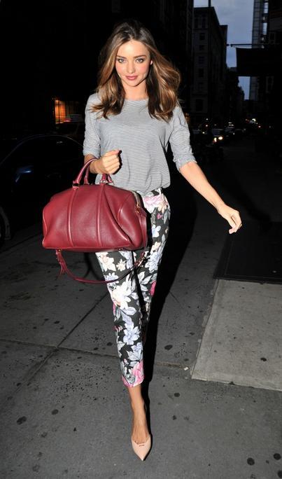 """Geçen hafta """"Kim Ne Giydi?"""" bölümünde Avusturalya`lı ünlü model Miranda Kerr'i ele almıştık. Ünlü modeli bu hafta da bordo çantasıyla görünce dayanamadık. Sezon trendi floral pantolonu, müthiş stilettoları ve yine bordo çantasıyla Miranda'yı çok beğendik. Hala gardrobunuzda floral bir pantolon ya da etek yoksa mutlaka siz de bir tane edinmelisiniz çünkü bu yaz oldukça işinizi görecekler. Yalnız bu pantolonları doğru kombinlemek çok önemli. Ünlü manken gibi kombindeki diğer parçaları düz renk tercih etmenizi öneriyoruz. Aksi halde desenler içinde boğulabilirsiniz. Dilerseniz Miranda Kerr'in üzerindeki kıyafet ve aksesuarları satın alarak siz de aynı stili yakalayın. Sizin için seçtiğimiz parçalara göz atabilirsiniz..."""