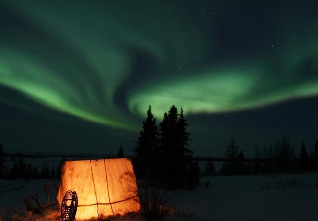 1. Oslo - Norveç Norveç'in başketi Oslo İskandinavya'nın en pahalı şehri olabilir ama bu bölgenin en şahane ve unutulmayacak deneyimini bedava yaşayabilirsiniz: Kuzey Işıkları. Aurora Borealis olarak da adlandırılan Kuzey Işıkları'nı rahatça görmeniz için Oslo listenin başını çekiyor. Hatta kış aylarında açık bir gökyüzünde, ışıkları neredeyse her gece görebilmeniz mümkün.  Şehir dışına doğru Kuzey Işıkları Safarisi yapabilirsiniz; fakat rehber size biraz pahalıya mal olabilir. Bunun yerine geceleri gözyüzünü dikkatlice incelerseniz mavi-yeşil ışık şovunu bedavaya getirebilirsiniz.