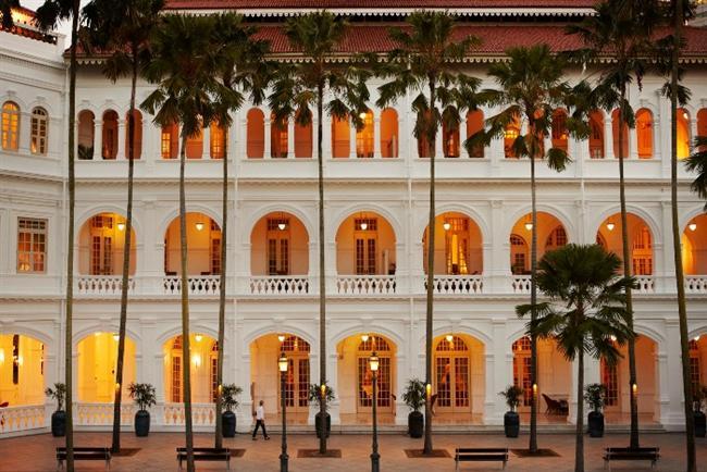 10. Singapur Cam yüzeylerinden geceleri şehir silüetinin titrek ışıklarını rahatlıkla görebileceğiniz devasa gökdeleneleriyle Singapur, süper temiz ve ultra ultra pahalı bir şehir. Zarafetin doruk yaptığı ve sömürgeci ihtişamını hissedeceğiniz bazı yerleri gerçekten pahalı olsa da görülmeye değer. Örneğin Raffles Hoteli. Bu simgesel otel, Singapur'un en eski otellerinden biri olmasının yanı sıra, lobisinden içeri doğru süzülebilmek için otelin zarafetine uygun şık bir elbiseye ihtiyacınız olacak. Şıklıktan çok rahatlığa önem veren çoğunluktansanız dışarıdan bakmak serbest.  James Bond'un ünlü Martini'sini ısmarladığı bu otelin barına geçip bir göz atmak isteyebilirsiniz. Bir Singapur Sling içmenizi tavsiye ederiz (içki ücretli tabi ama yanında sunulan fındıklar bedava!). Ayrıca otelin tropikal bitkilerle çevrelenmiş avlusunda oturup, utra lüks odalarından birinde kalıyormuşsunuz gibi davranabilirsiniz.