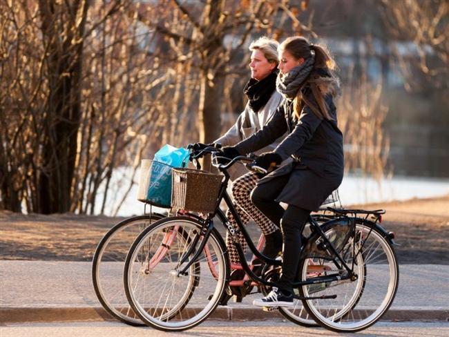 4. Kopenhag - Danimarka Danimarka'nın başkenti Kopenhag, resmedilmeye değer sokakları, kilometrelerce uzunluğundaki bisiklet parkurları ve capcanlı, sanat dolu kanallarıyla keşfedilmeye değer. Şehir Bisikletleri Projesi, şehri gezmeniz için en trendi ve yeni bisikletleri sunuyor. Bisikleti alırken depozit bırakıyorsunuz ama geri getirdiğinizde bu depozitonuzu da geri alıyorsunuz. Yani bedava!