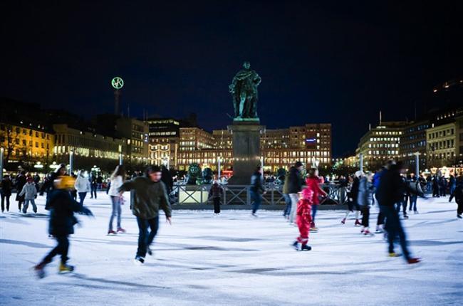 5. Stockholm - İsveç Buz pateni, Stokholm'de güzel bir kış günü geçirmek için en hoş seçeneği sunuyor.  Şehrin göbeğindeki Kungstradgarden buz pateni pistinde, kasım ortasından mart ayına kadar canlı müzik ve sizi sıcak tutmaya yarayacak sımsıcak içecekler sunan standlarıyla ücretsiz buz pateni keyfi yaşayabilirsiniz.
