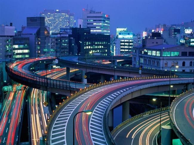 6. Tokyo - Japonya Tokyo'nun neon ışıkları metropolseverler için cennet gibidir. Çılgın sokaklar ve onlardan daha da çılgın trafik, şehrin meşhur elektirk atmosferini yaratıyor.  İşportacılardan uzak kalmak isterseniz, size İmparatorluk Sarayı'nı ziyaret etmenizi tavsiye ederiz.Tokyo'nun en görülmeye değer manzaralarını sunun saraya giriş ücretsiz. Hendekleri, kalın taş duvarları ve güzel bahçelerinin yanı sıra İmparator Hirohito'nun Kimono Koleksiyonu ve muhteşem Japon resimlerini burada görebilirsiniz. İnsanlar kiraz ağaçlarının pembe bahar çiçeklerini görmek için nisan ayının başında buraya hücum ediyorlar.Siz de aralarına katılın!