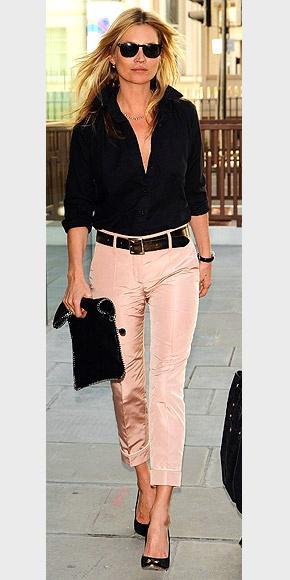 """Bu hafta""""Kim Ne Giydi?"""" bölümünde sade bir şıklık yakalayan İngiliz model Kate Moss'u ele altına aldık. Ünlü model; somon rengi pantolonu, siyah gömleği ve stilettolarıyla oldukça şık bir hava yakalamış. Dilerseniz Kate Moss'un üzerindeki kıyafet ve aksesuarları satın alarak siz de aynı stili yakalayabilirsiniz. Sizin için seçtiğimiz parçalara bir göz atın..."""