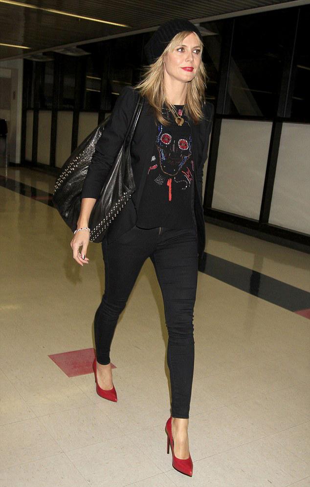 """Bu hafta""""Kim Ne Giydi?"""" bölümünde casual bir şıklık yakalayan Alman model Heidi Klum'u ele aldık. Ünlü model; siyah pantolonu, siyah bluzu ve kırmızı stilettolarıyla spor & şık bir hava yaratmış. Dilerseniz Heidi Klum'un üzerindeki kıyafet ve aksesuarları satın alarak siz de aynı stili yakalayabilirsiniz. Sizin için seçtiğimiz parçalara bir göz atın..."""