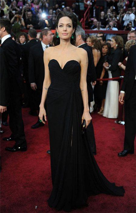 İkizler (22 Mayıs-21 Haziran)   Pek çok modacının ilham kaynağı olan Angelina Jolie, ışıltılı ve yaratıcı bir tarza sahip olan İkizler kadınının en iyi temsilcilerinden biri. Asla bir İkizler kadınını geçen sezonun kıyafetleri içinde göremezsiniz. Dolayısıyla Angelina Jolie de trendlerin çok sıkı takipçisi. Onu günlük yaşamında bile salaş görmek imkansız. Her zaman şık, ultra-modern ve seksi görünmeyi başaran Angelina Jolie İkizler burcunun lükse tutkunluuna de en iyi örnek. Çantada favorisi Louis Vuitton, gece kıyafetinde ise Marc Bouwer.