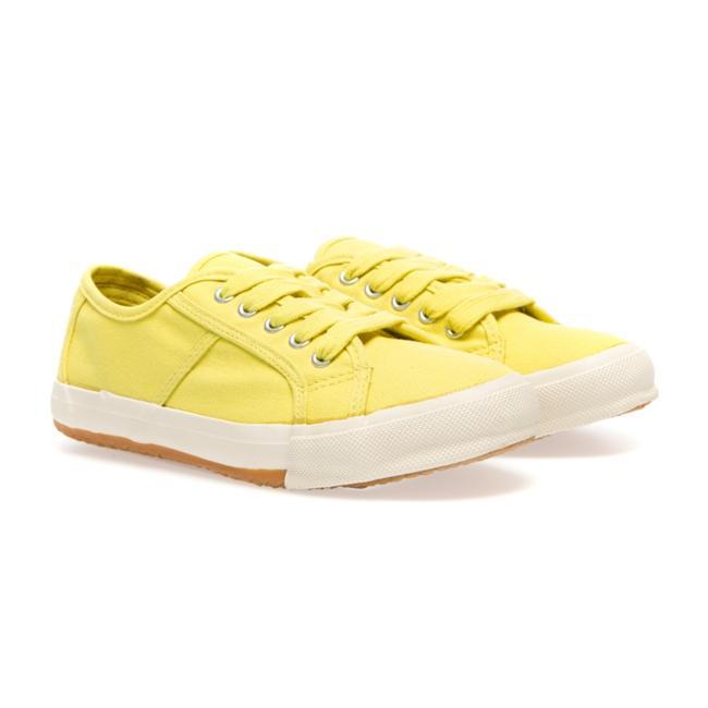 Sarı bağcıklı spor ayakkabı