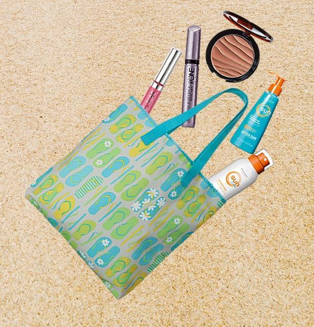 Tatil zamanı geldi çattı ve biz tatilin tadını doyasıya çıkarmak istiyoruz. Peki, plaj çantanızda neler olmalı? Plaj havlusu, koruyucu güneş kremi ve gözlük&şapka ikilisi plajda yanımızda bulunması gereken en temel şeyler. Ama dahası var! Plajda eksikliğini hissedeceğiniz her şeyi plaj çantanızda bulundurun. İşte plaj çantasının olmazları...  1-Koruyucu Güneş Kremi ve Nemlendirici Güneş Sonrası Sütü  Orta korumalı vücut spreyinizi ve güneşlendikten sonra cildinizi rahatlatmak için de nemlendirici güneş sonrası sütünü almadan plaja asla inmeyin. Sağlıklı ve pürüzsüz bronzlaşmanız çok önemli!  2-Makyaj Malzemesi  Plajda da makyaj yapılır mı demeyin. Abartıya kaçmamak kaydıyla cildinizin doğal görünümünü koruması için, büyük bir allık fırçasıyla Oriflame Beauty Terracota Pudrayı alın, elmacık kemikleri ve buruna hafifçe sürün. Böylece ışıltılı bronz bir görünüme sahip olacaksınız. Göz altı morluklarını ise hafif dokulu bir kapatıcıyla belirsiz hale getirebilirsiniz. The ONE Powershine Dudak Parlatıcısı bu dönemde en çok kullandığımız makyaj ürünlerinden. Fazla belirgin olmayan renkleri dudaklara hafif bir parlaklık kazandırıyor. Siyah ya da kahve tonlarındaki suya dayanıklı maskaralar ise kirpiklere hoş bir görünüm veriyor. İşte, şimdi plaja gitmeye hazırsınız...   Bronz teninizin ışıltısına uygun makyaj ürünleri için tıklayın!