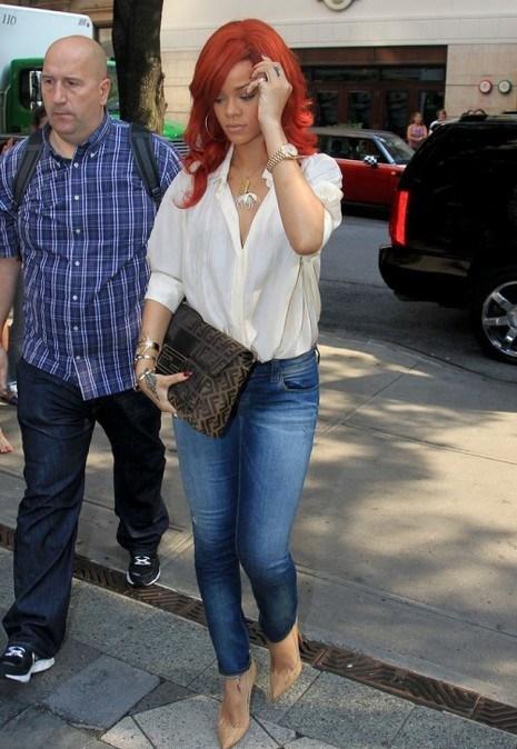 """Bu hafta""""Kim Ne Giydi?"""" bölümünde Barbadoslu R&B ve pop şarkıcısı Rihanna'yı mercek altına aldık. Rahat, şık ve seksi; Rihanna'nın sokak stilini anlatan üç kelime.. Güzel şarkıcı, bir yandan sokakta da sahnedeki kadar seksi görünmeyi başarırken; diğer yandan eşsiz bir stil ortaya koyuyor. 26 yaşındaki ünlü şarkıcı krem gömleği, mavi jeani ve stilettolarını bol aksesuarla kombinlemiş. Dilerseniz Rihanna'nın üzerindeki kıyafet ve aksesuarları satın alarak siz de aynı stili yakalayabilirsiniz. Sizin için seçtiğimiz parçalara bir göz atın..."""