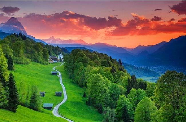 Garmisch-Partenkirchen, Bavyera, Almanya  1936 Kış Olimpiyatları'nın yapıldığı, Almanya'nın en yüksek rakımına sahip olan küçük, şirin kasabası.