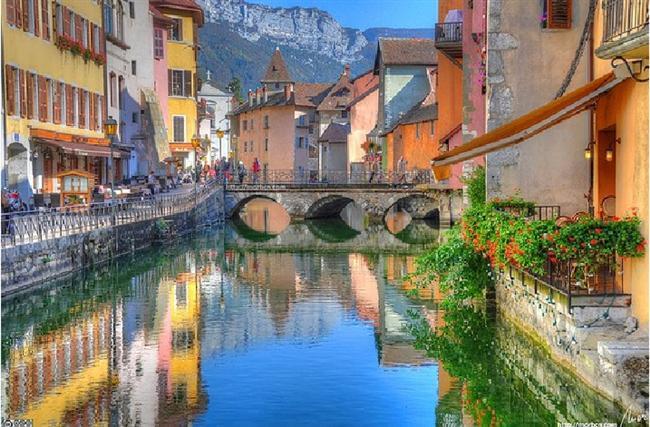 Annecy, Fransa  Annecy etrafını saran Fransa Alpleri'ne rağmen resmedilmeye daha çok değen bir yerdir.