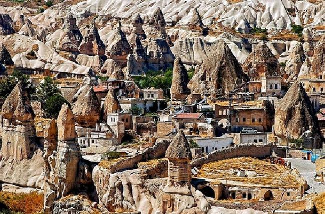 Göreme, Turkey (Yeraltı şehri)  Şehrin tarihi Roma İmparatorluğu çağına dayanmaktadır. Bölgede bulunan peribacaları yapılmış olan evleri desteklemektedir ve bazı kiliseler direk olarak bu peribacalarının içlerine yapılmıştır.