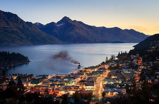 Queenstown, Yeni Zelanda  İlk olarak Avrupalı kaşifler William Gilbert Rees ve Nicholas von Tunzelmann'ın 1860 yılında yerleştiği bu yerde altın bulduklarından sonra bir nüfus patlaması olmuştur.