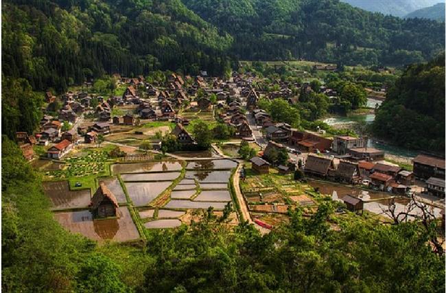 Shirakawa-go, Japonya  Geleneksel bir Japon köyü olan bu yerdeki evlerin çatıları düşen çığlar sebebi ile inanılmaz şekilde güçlü inşa edilmiştir. Gizemli ormanları ve etrafı saran yüksek dağlar bu kasabayı ele geçirilmesi zor bir yer yapmıştır.