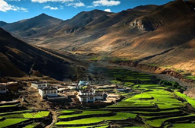 Himalayalar'da bir köy, Tibet  Sadece yürüyerek veya at ile ulaşımı olan, Himalayalar'da gizli olan manastırları desteklemesi için kurulan birçok köyden sadece birisi.
