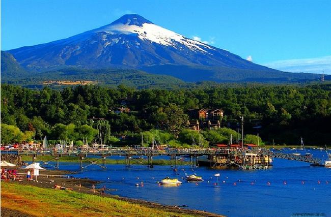Pucón, Şili Şili'de maceraperestlerin bir numaralı mekanı olan bu kasaba ardında yükselen aktif volkan ve korku salan bir bir gölle kucaklaşarak herkesi kendisine çekmektedir.