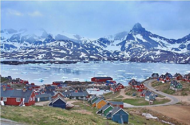 Ittoqqortoormiit, Grönland  Ittoqqortoormiit'i telaffuz etmek kadar, ele geçirmekte oldukça zordur. İzlanda'dan haftada bir kalkan uçağa bindikten sonra tekrar bir helikopter yardımı ile kasabaya ulaşabilirsiniz.