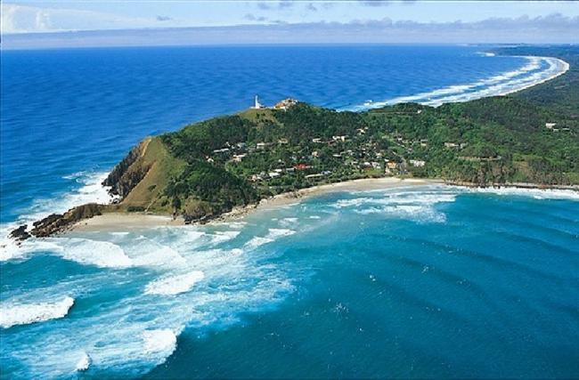 Byron Bay, Avustralya  Ünlü İngiliz kaptan James Cook tarafından, Kraliyet Donanması subayı John Byron'ı onurlandırmak için adını verdiği kasaba 5000 kişiye ev sahipliği yapmaktadır.