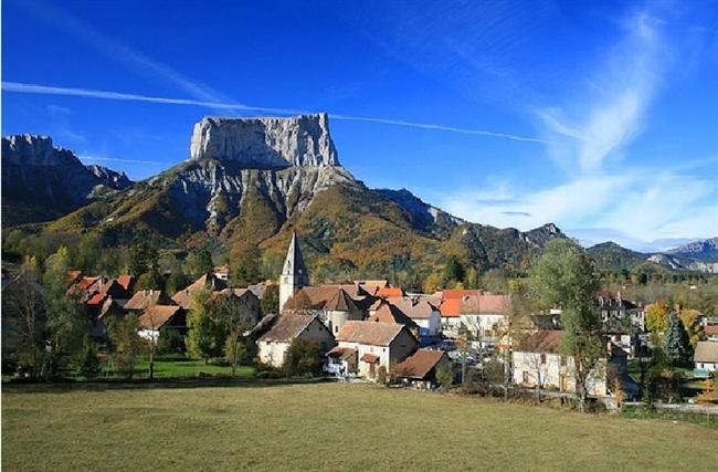 Chichilianne, Fransa  Chichilianne, Fransa Alplerinde 200'ün biraz üzerinde insanın yaşadığı şirin bir kasabadır.