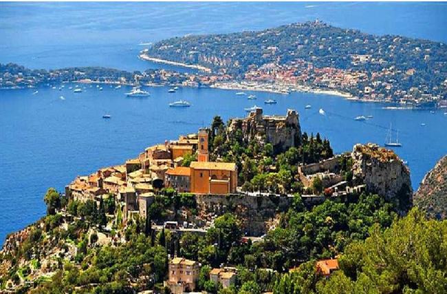 Eze, Fransa  Nefes kesici bir manzarası olan tepenin üzerinde bulunan kasabada 3000'den az kişi yaşamaktadır. Tarihi m.ö. 2000 yıllarına dayanmaktadır.