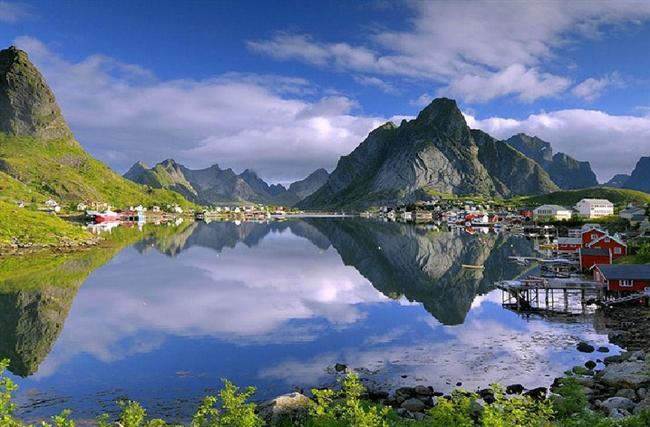 Reine, Norveç  Moskenesøya adasında bulunan balıkçılıkla geçinen bir köy. Nüfusu 329 olan köy, oylarla Norveç'in en güzel köyü seçilmiştir.