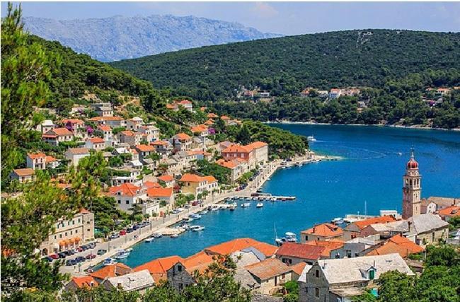 Pucisca, Hırvatistan  Brac Adası, çok kaliteli taşların bulunduğu bir Avrupa adasıdır ve Pucisca'da tam olarak bu adada bulunmaktadır.