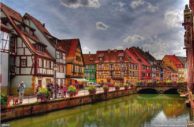 """Colmar, Fransa  Nefis aromalarıyla bilinen bu köy, şarabın başkenti olarak kabul edilir. 1200'lerin başında bulunan bu köy, içinden geçen kanallar sebebi ile """"küçük Venedik"""" takma adını almıştır."""