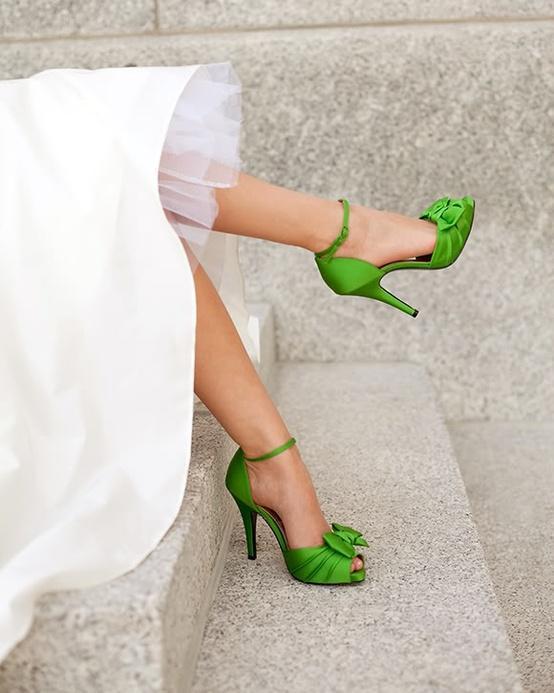 Eğer sıradan gelin ayakkabıları size biraz düz görünüyorsa ve gelin ayakkabısından yana farklılıklar arıyorsanız renkli gelin ayakkabılarına mutlaka göz atmalısınız. Çiçek buketinizle ve saç aksesuarlarınızla renk uyumu içerisinde olan bir çift ayakkabı sizin hayal ettiğinizden bile güzel görünebilir...