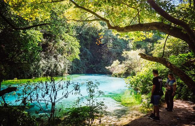 Mavi Göz'de Dalış Yapın  Saranda'dan kısa bir yolculukla ulaşabileceğiniz Mavi Göz (Syri i kaltert) Delvina kasabası yakınında bulunan ve kesinlikle görülmesi gereken doğal kaynak suyudur.