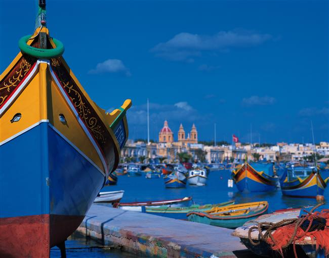 Rengarenk teknelerin olduğu ufak marinası...