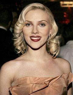 Scarlett Johanson sadece 30 yaşında ama burada saçları 40 yaşında!